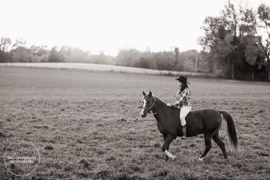 country-senior-photos-horse-10.JPG
